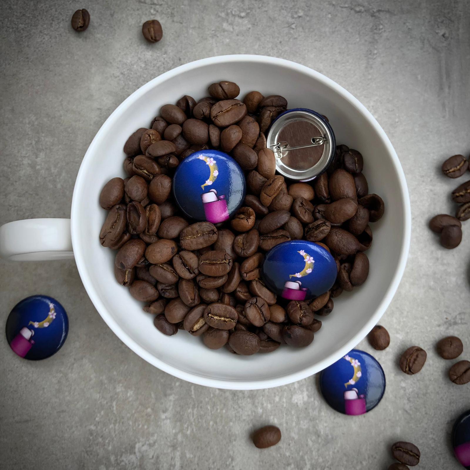 Buttons mit Feuerzeug Motiv in Kaffeetasse